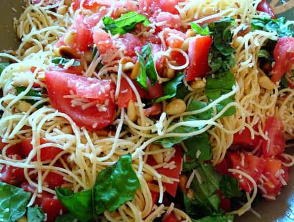 spaghetti noodles with spinach and tomato