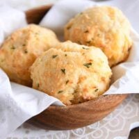 easy cheesy garlic drop biscuits in wooden bowl with white napkin